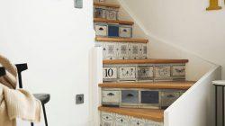 Sử dụng giấy dán tường giúp cho những bậc cầu thang đơn điệu trở nên duyên dáng hơn.